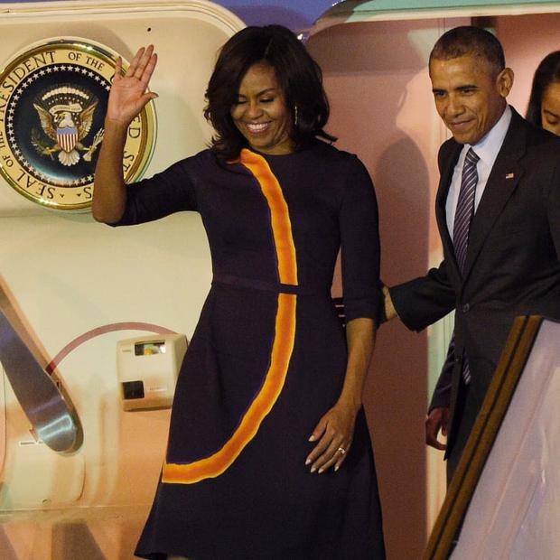 Tâm đầu ý hợp với Hillary Clinton, bà Obama cũng chọn đồ tím để tiếp vợ Donald Trump - Ảnh 2.