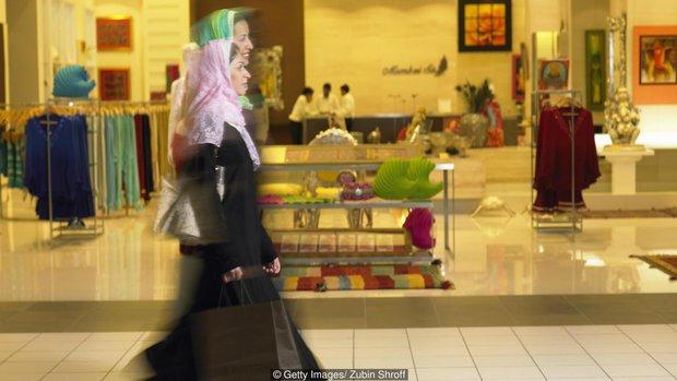 Sự xa hoa không tưởng đằng sau bộ quần áo Hồi giáo của các tiểu thư Ả Rập - Ảnh 1.