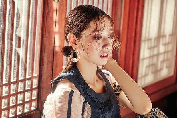 Park Shin Hye đẹp ma mị với suối tóc dài không tưởng, Shin Min Ah sành điệu trên tạp chí - Ảnh 8.