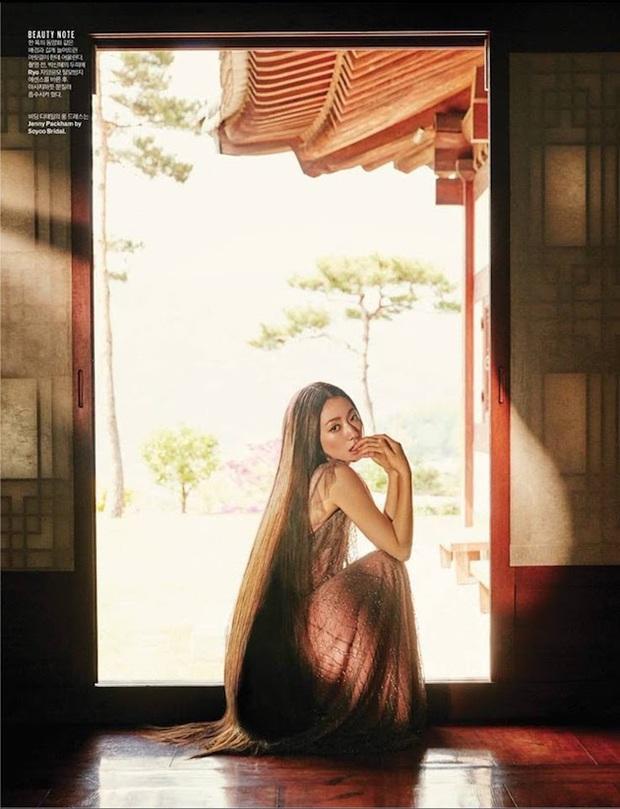 Park Shin Hye đẹp ma mị với suối tóc dài không tưởng, Shin Min Ah sành điệu trên tạp chí - Ảnh 12.