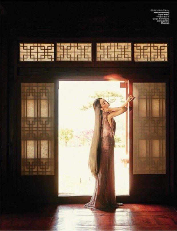 Park Shin Hye đẹp ma mị với suối tóc dài không tưởng, Shin Min Ah sành điệu trên tạp chí - Ảnh 13.