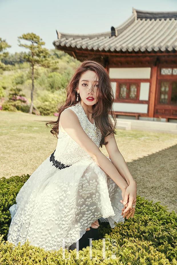 Park Shin Hye đẹp ma mị với suối tóc dài không tưởng, Shin Min Ah sành điệu trên tạp chí - Ảnh 5.