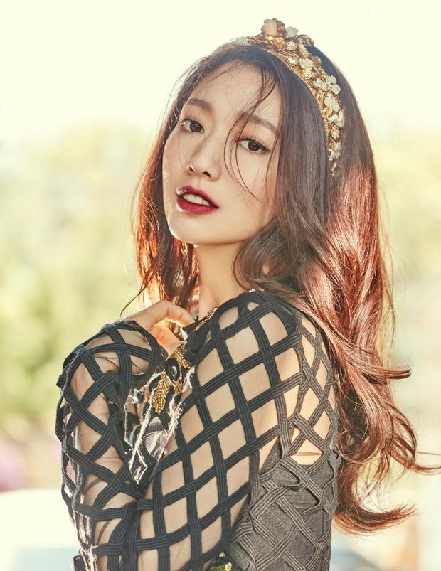 Park Shin Hye đẹp ma mị với suối tóc dài không tưởng, Shin Min Ah sành điệu trên tạp chí - Ảnh 2.