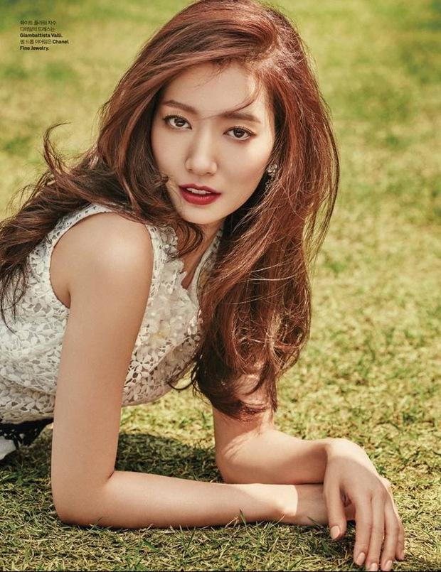 Park Shin Hye đẹp ma mị với suối tóc dài không tưởng, Shin Min Ah sành điệu trên tạp chí - Ảnh 3.