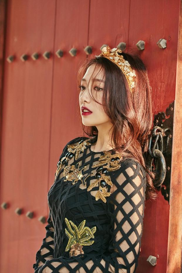 Park Shin Hye đẹp ma mị với suối tóc dài không tưởng, Shin Min Ah sành điệu trên tạp chí - Ảnh 4.