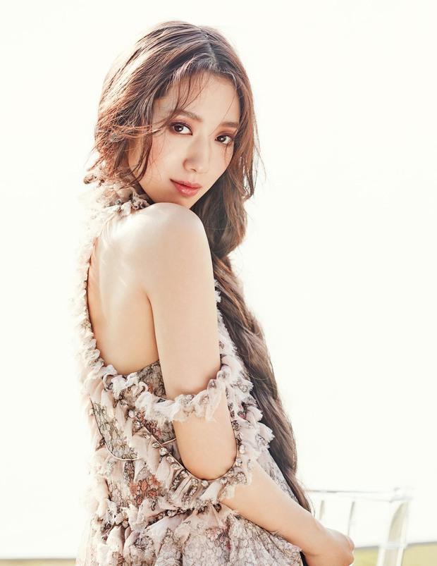 Park Shin Hye đẹp ma mị với suối tóc dài không tưởng, Shin Min Ah sành điệu trên tạp chí - Ảnh 9.