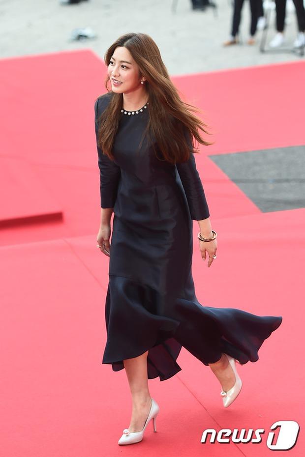 Thảm đỏ Oscar Hàn Quốc: Mỹ nhân đua nhau khoe vòng một, tân Hoa hậu - Á hậu bị chê kém sắc - Ảnh 18.