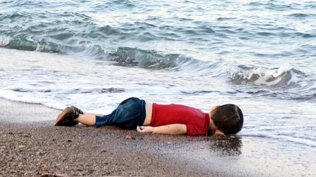 Em bé 5 tuổi bị không kích: Khi ánh mắt lạnh lẽo và dửng dưng trở thành biểu tượng chiến tranh - Ảnh 3.