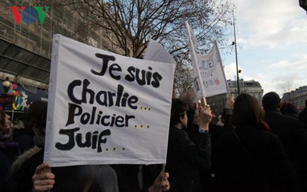 Pháp tưởng niệm 1 năm tòa soạn Charlie Hebdo bị khủng bố - Ảnh 1.