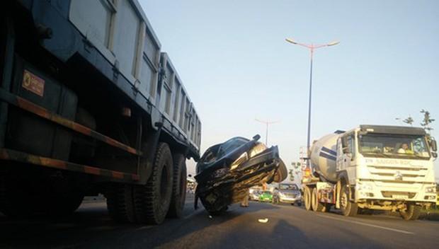 Ô tô biển xanh 80B bị xe tải kéo lê như phim hành động - Ảnh 2.