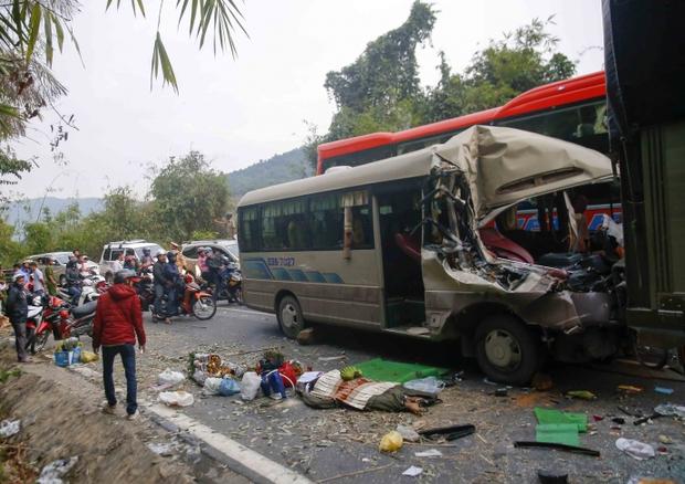 Video: Đèo Bảo Lộc kẹt cứng sau vụ tai nạn 6 người thương vong - Ảnh 1.