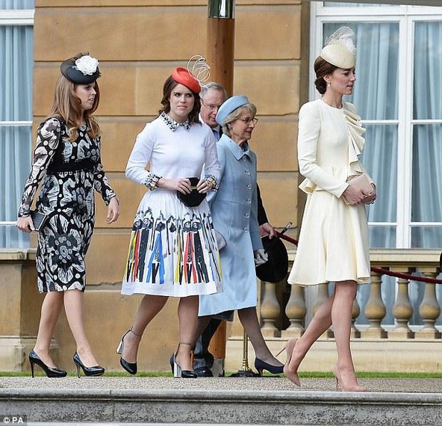 Tại cung điện, hai công chúa em chồng phóng ánh mắt ghen tỵ về phía Công nương Kate - Ảnh 1.