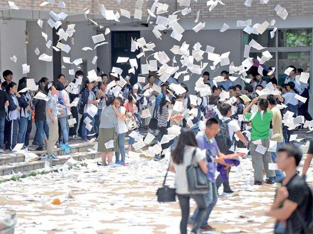 Trung Quốc: Cấm học sinh xé sách, la hét trước kì thi đại học - Ảnh 1.