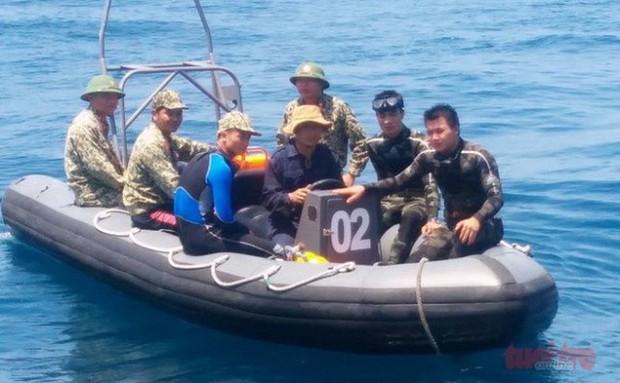 Đã đưa thi thể phi công Trần Quang Khải vào bờ - Ảnh 6.
