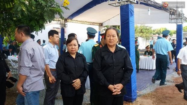 Vợ con thẫn thờ trước di ảnh của phi công Trần Quang Khải - Ảnh 1.