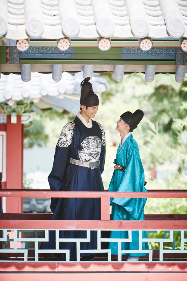 """""""Thái tử"""" Park Bo Gum và nam nhân Kim Yoo Jung đắm đuối trao tình qua ánh mắt - Ảnh 1."""