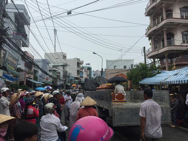 Xúc động lễ đưa tang 6 nạn nhân chết cháy ở Cà Mau - Ảnh 1.