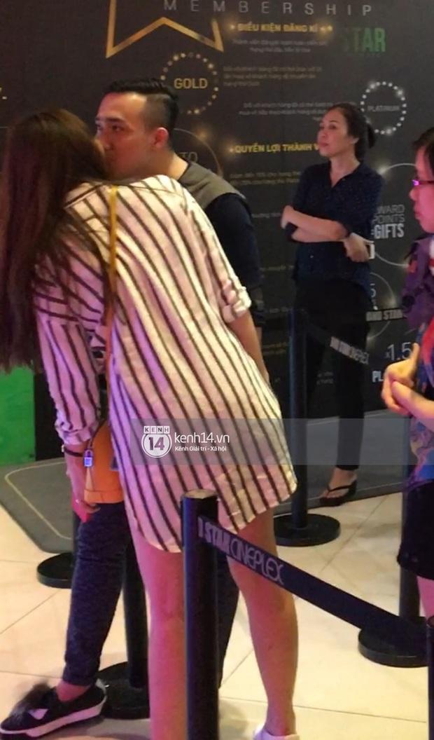 Lộ ảnh Hari Won - Trấn Thành ôm ấp bất chấp đang ở rạp chiếu phim công cộng - Ảnh 2.