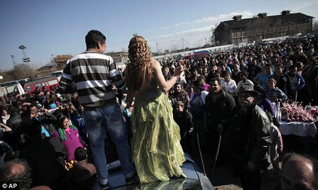 Khung cảnh chợ cô dâu, nơi người ta rao bán các thiếu nữ còn trinh công khai giữa trời châu Âu - Ảnh 2.