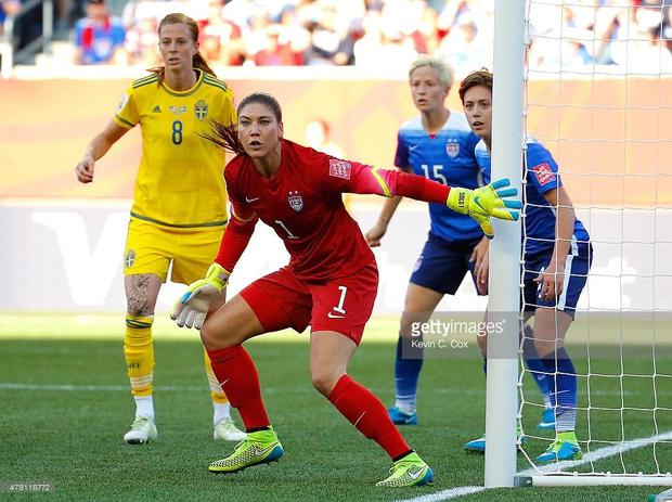 Nữ thủ môn xinh đẹp của tuyển Mỹ khóc lóc, chửi thề vì bị bỏ rơi - Ảnh 1.