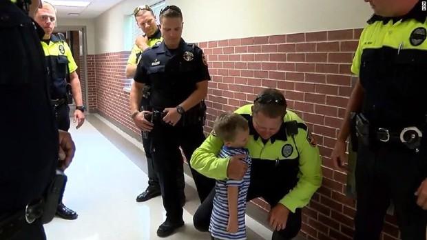Câu chuyện buồn đằng sau bức hình em bé 4 tuổi đi khai giảng với 18 cảnh sát theo sau - Ảnh 2.