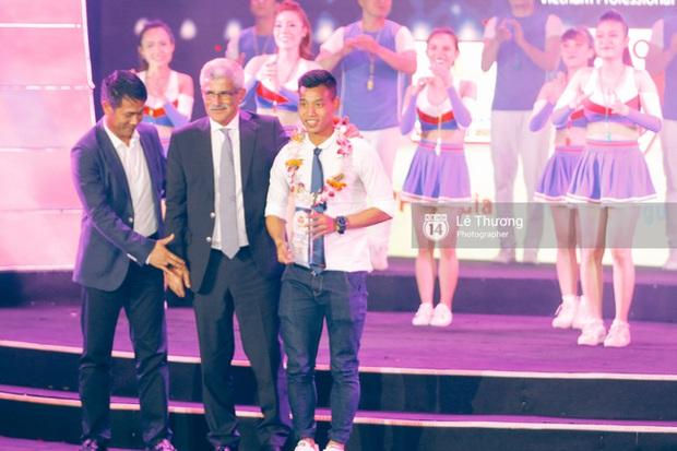 HLV Hữu Thắng bỏ về giữa chừng vì bị mất mặt ở Gala tổng kết mùa giải - Ảnh 1.