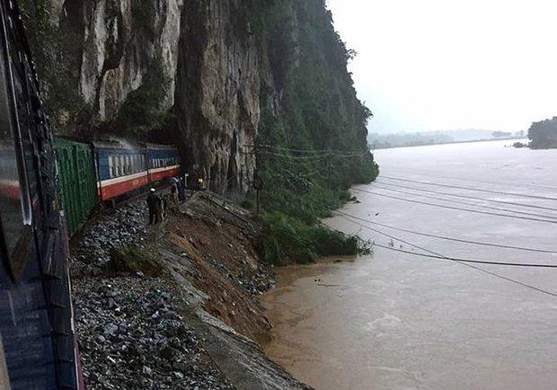 Mưa lũ làm đường sắt Bắc Nam ách tắc, 22 đoàn tàu nằm chờ - Ảnh 2.
