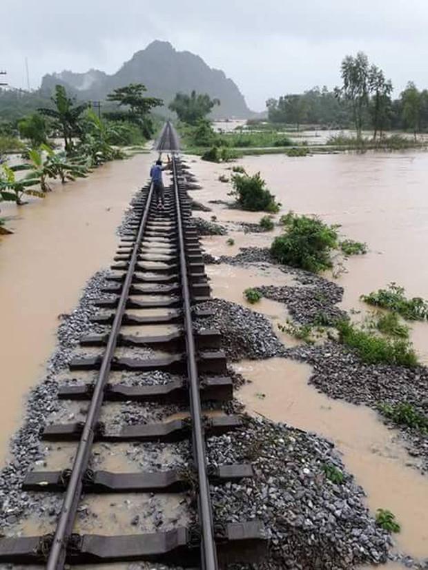 Quảng Bình: 8 người chết và mất tích, gần 27.000 hộ dân bị ngập do mưa lũ - Ảnh 7.