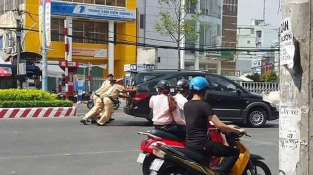 Hình ảnh đẹp: CSGT giúp dân đẩy xe ô tô chết máy giữa đường phố Hà Nội - Ảnh 4.