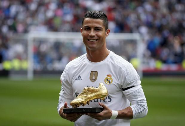 Ronaldo nhát ma fan với ảnh đắp mặt nạ làm đẹp - Ảnh 4.