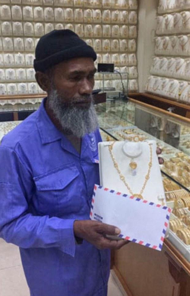 Bị chế giễu vì nhòm vào hàng trang sức, người lao công nghèo nhận được món quà đầy bất ngờ... - Ảnh 2.