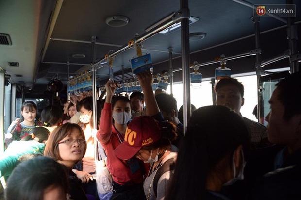 Hà Nội: Bến xe chật cứng người về quê nghỉ Tết dương lịch sau buổi làm việc cuối cùng - Ảnh 2.