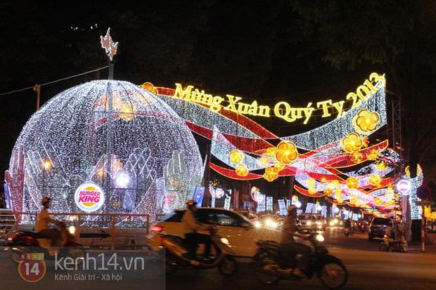 Sài Gòn đã thay đổi cách trang trí đường phố dịp Tết như thế nào trong 5 năm qua? - Ảnh 1.
