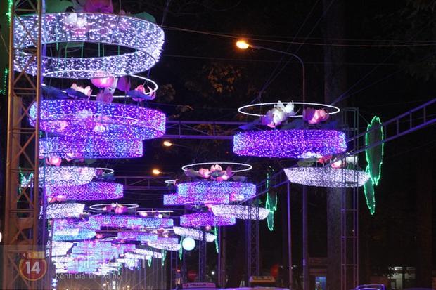 Sài Gòn đã thay đổi cách trang trí đường phố dịp Tết như thế nào trong 5 năm qua? - Ảnh 2.