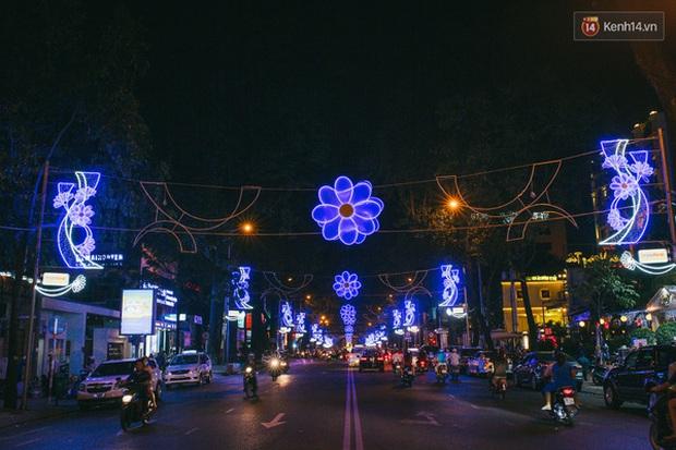 Sài Gòn đã thay đổi cách trang trí đường phố dịp Tết như thế nào trong 5 năm qua? - Ảnh 14.