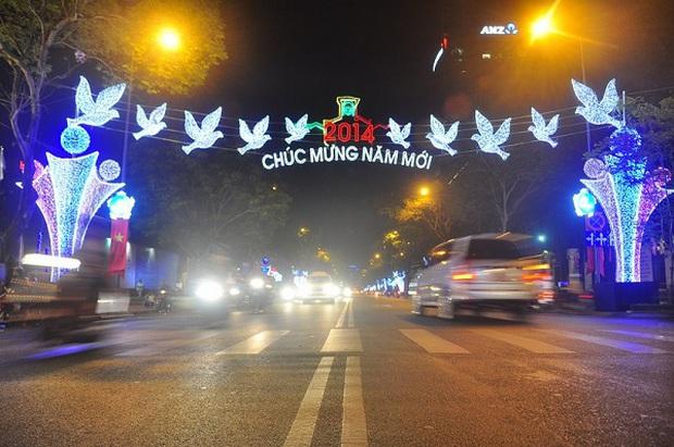Sài Gòn đã thay đổi cách trang trí đường phố dịp Tết như thế nào trong 5 năm qua? - Ảnh 7.