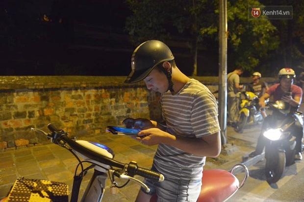 Chùm ảnh: Gần nửa đêm vẫn tắc đường vì người người đổ xô đi săn Pokemon - Ảnh 12.