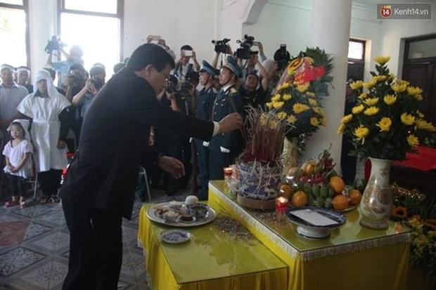 Vợ con thẫn thờ trước di ảnh của phi công Trần Quang Khải - Ảnh 15.