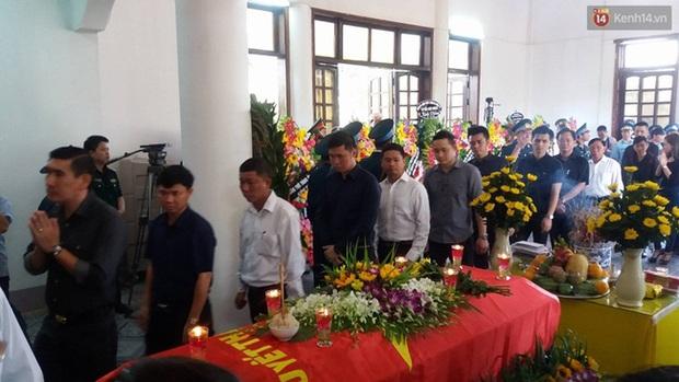 Vợ con thẫn thờ trước di ảnh của phi công Trần Quang Khải - Ảnh 17.