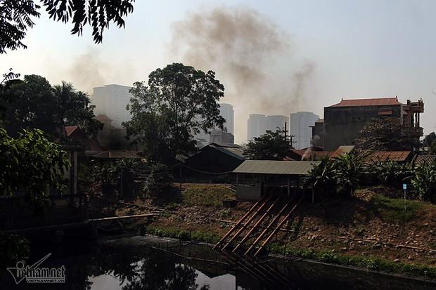 Hà Nội: Lềnh bềnh rau muống trên dòng sông đỏ quạch - Ảnh 17.