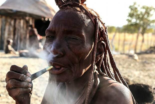 Khi truyền thống va chạm thế giới hiện đại: Nữ thổ dân khoác da dê vào siêu thị trước sự ngỡ ngàng của mọi người - Ảnh 8.