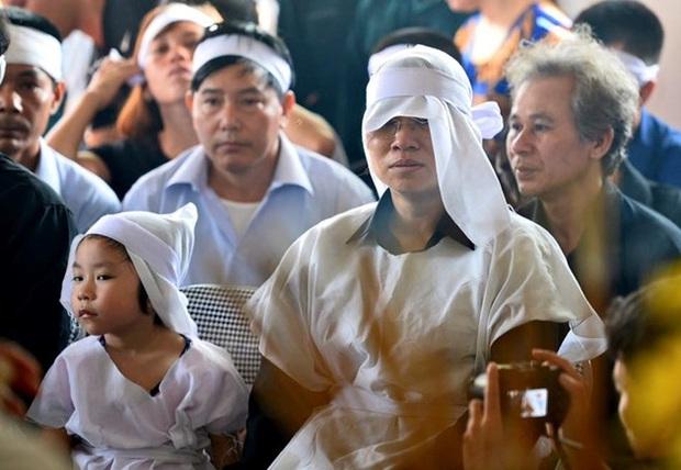 Vợ con thẫn thờ trước di ảnh của phi công Trần Quang Khải - Ảnh 19.