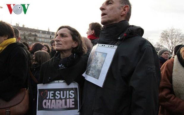 Pháp tưởng niệm 1 năm tòa soạn Charlie Hebdo bị khủng bố - Ảnh 2.
