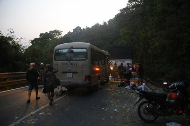 Video: Đèo Bảo Lộc kẹt cứng sau vụ tai nạn 6 người thương vong - Ảnh 3.