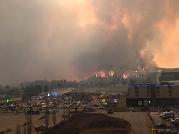 Cháy rừng dữ dội tại Canada, sơ tán cả thành phố - Ảnh 3.