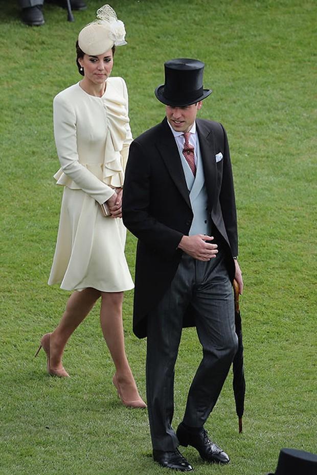 Tại cung điện, hai công chúa em chồng phóng ánh mắt ghen tỵ về phía Công nương Kate - Ảnh 2.