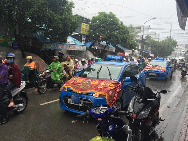 Xúc động lễ đưa tang 6 nạn nhân chết cháy ở Cà Mau - Ảnh 2.