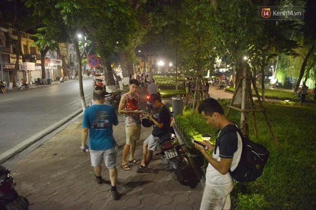 Chùm ảnh: Gần nửa đêm vẫn tắc đường vì người người đổ xô đi săn Pokemon - Ảnh 4.