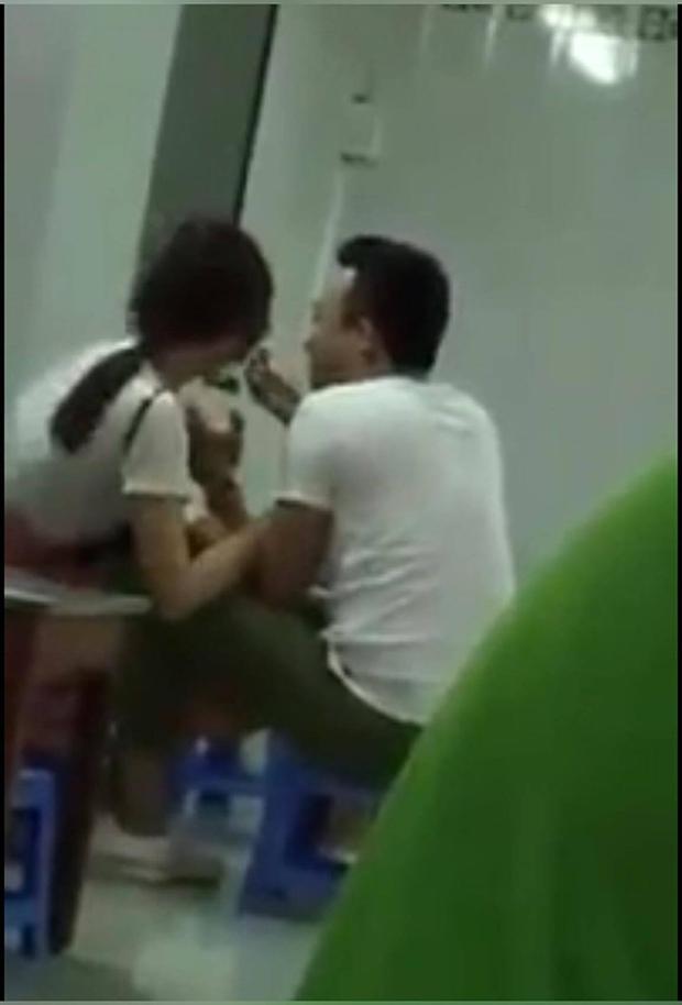 Clip: Trấn Thành - Hari Won lại hôn nhau thắm thiết trong quán ăn - Ảnh 2.