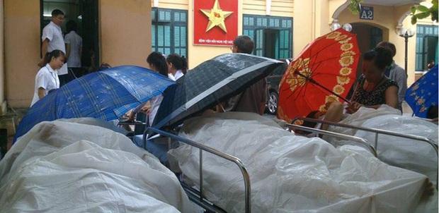 Lạ lùng cảnh phủ nilon, che ô tránh nước mưa cho bệnh nhân chờ mổ ở bệnh viện Việt Đức - Ảnh 2.